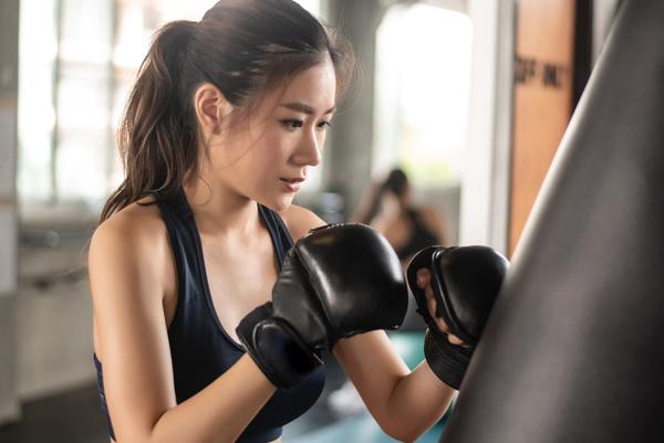 キックボクシングの技はパンチとキックだけではない!どんな技がある?